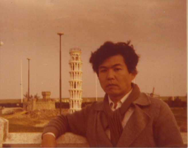 Arakawa in front of the leaning tower of Pisa